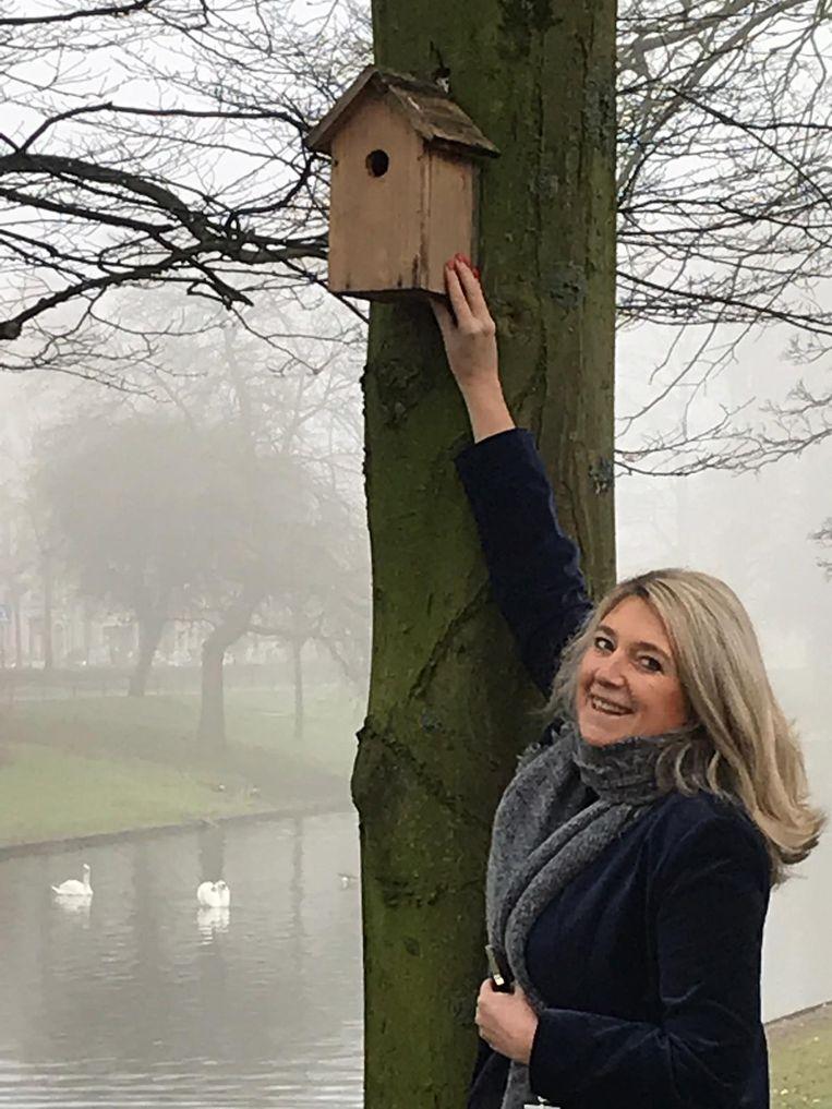 Schepen van Openbaar Domein Mercedes Van Volcem (Open Vld Plus) hangt de eerste nestkastjes op.