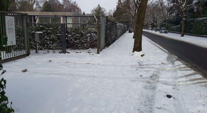 De stoep van burgemeester Hubert Bruls ligt vol sneeuw.