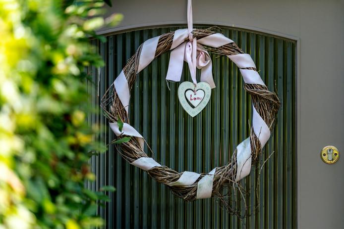 Het verdriet over de overleden baby Luna hangt aan de voordeur van een Vughts rijtjeshuis.