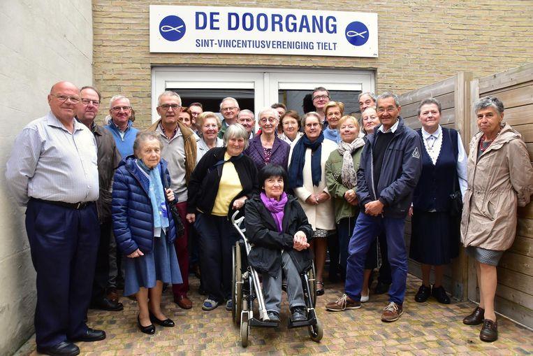 Een deel van de vrijwilligers en voormalige vrijwilligers van de Sint-Vincentiusvereniging, voor het verdeelcentrum De Doorgang.