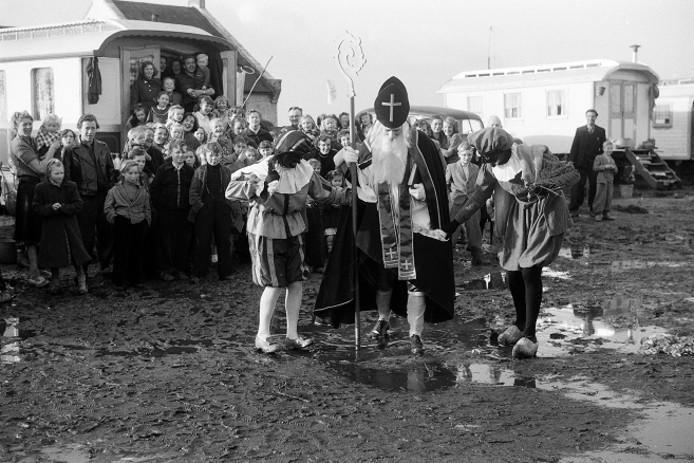 Sinterklaar bezoekt het woonwagenkamp op het Vorstengrafdonk in 1960.