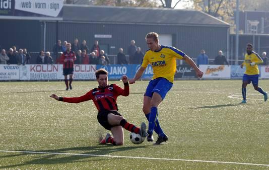 Jasper van Asten (links, glijdend in duel met HVV'24) scoorde namens Terneuzen tegen zijn vorige club Philippine.