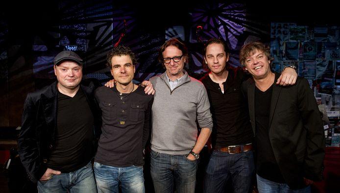 Eric van Tijn (M) met zijn band tijdens de perspresentatie van The Passion. Het muziekspektakel wordt vanavond op Witte Donderdag opgevoerd op de Vismarkt in Groningen