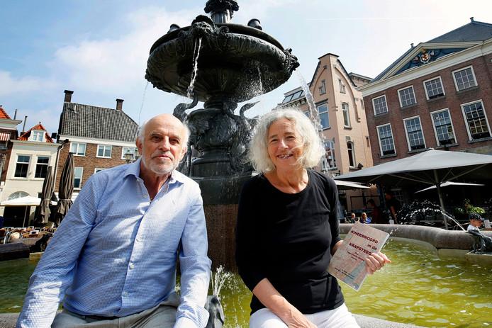 Karin Goor en Jean van Wageningen met hun boekKindermoord in de Krapsteeg.