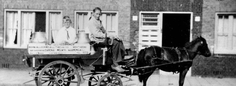 De ponywagen waarmee Dirk van den Broek op zijn 16de begon met de verkoop van melk.  Op de wagen had hij reclameborden aangebracht met de tekst: 'Denkt om uw gezondheid - drink alleen melk van tbc-vrij vee'. Beeld Dirkvandenbroekhistorie.nl