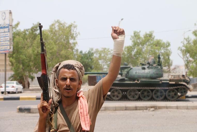Een bewapende seperatist viert de bezetting van een militaire basis in de havenstad Aden.