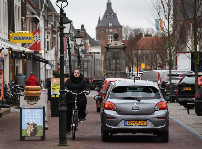 Vooral door fietsers wordt de verkeerssituatie op de heringerichte Voorstraat in Vianen als chaotisch ervaren.