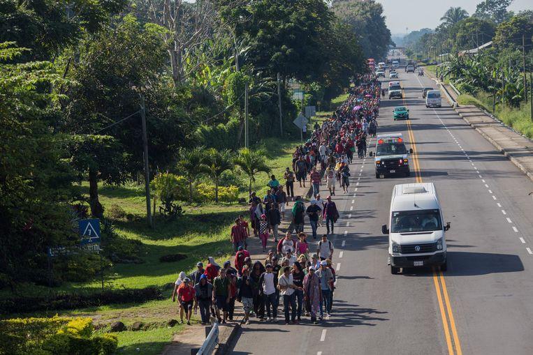 Migranten van de tweede karavaan lopen van grensstad Ciudad Hidalgo naar Tapachula, iets noordelijker. Eerder staken ze de rivier tussen Guatemala en Mexico over. Beeld AP
