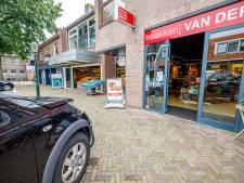 Vrouw knalt met auto tegen bakkerij in Ommen, ravage blijft door toeval uit