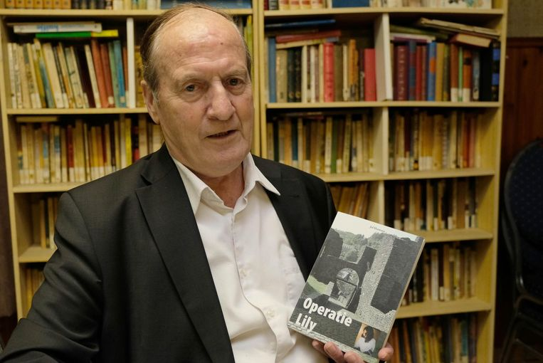 Jef Hermans met zijn boek 'Operatie Lily'.