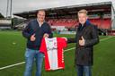 Directeur van EasyToys Eric Idema (links) en voorzitter van FC Emmen Ronald Lubbers zijn blij dat de naam van de erotische website alsnog op de shirts van het eerste elftal prijkt.