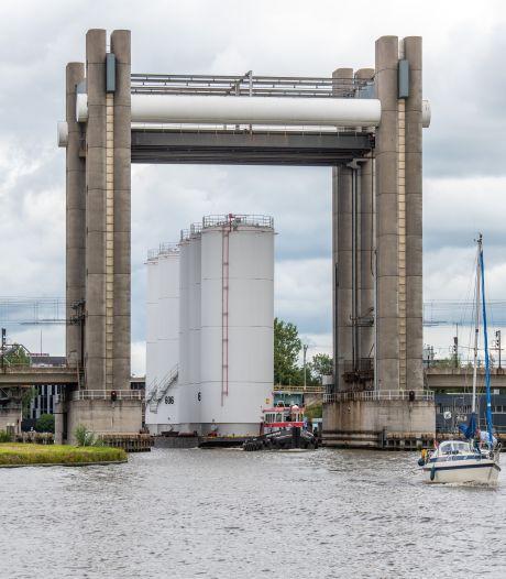 Reusachtige silo's van 23 meter reizen door wateren van Groene Hart: 'Als ze maar niet kantelen'