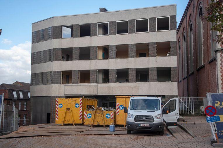 De afbraak van de appartementen naast de Sint-Gertrudiskerk in Wetteren is gestart.