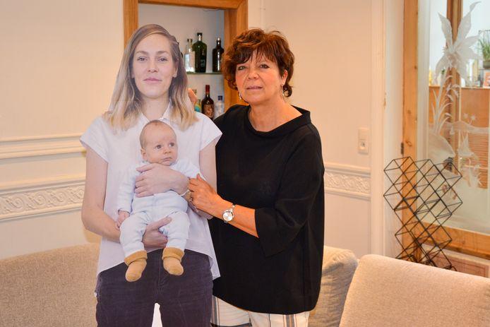 Oma Denise is blij dat ze haar kleinzoon Cruz en schoondochter Jozefien toch bij zich heeft dankzij Jackprint.