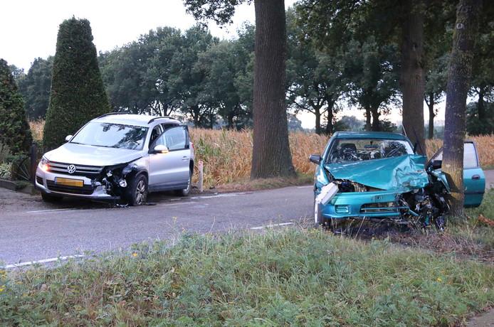 De groene auto is na de botsing tegen een boom geklapt. Beide voertuigen raakten flink beschadigd bij het ongeluk.