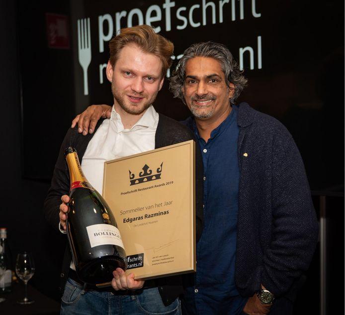 Gastheer Edgaras Razminas (l) van restaurant De Lindehof in Nuenen is maandagavond bij de Proefschrift Restaurant Awards uitgeroepen tot sommelier van het jaar. Naast hem chef-kok Soenil Bahadoer.