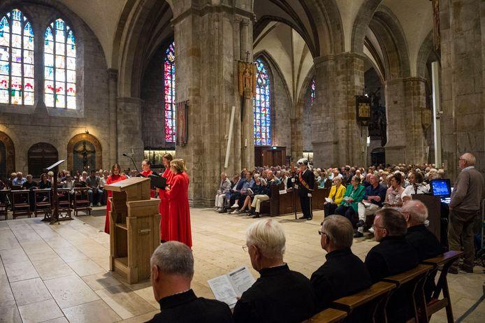 Wishful Singing hield eerder een Gregoriaanse meezingmis in de Plechelmusbasiliek in Oldenzaal. Herman Finkers vervulde daarbij de rol van lector.