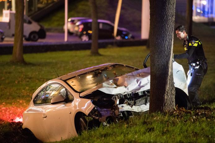 De schade aan beide voertuigen op de Midden-Brabantweg was groot. De achterste auto, een witte Opel, bleef net voor de sloot tegen een boom hangen.