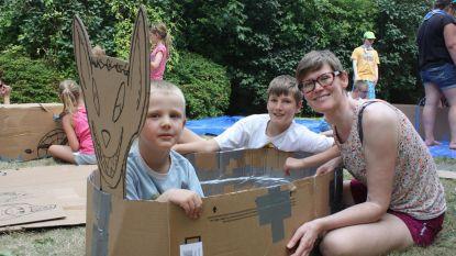 Kinderen bouwen bootjes in karton