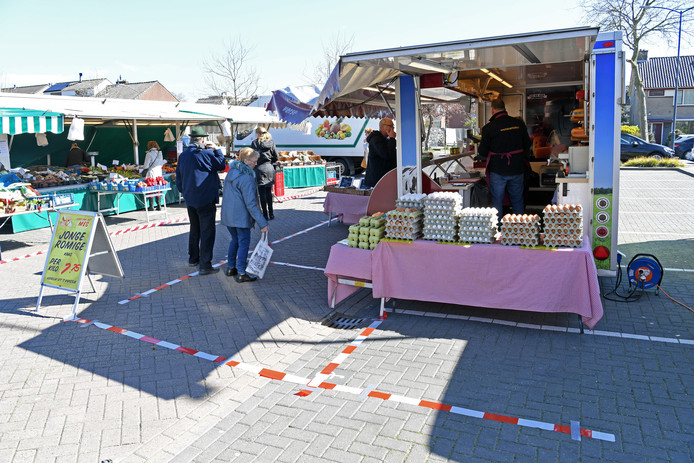 OOSTERHOUT - Klanten achter het lint bij markt Zuiderhout. Kaashandel Van den Herik. Alles ingedeeld in vakken van 1,5 mtr bij 1,5 mtr.