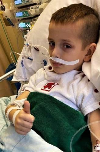 """""""Een jongen van 6 hoort niet bezig te zijn met de dood"""": meter van Tristan roept op om hem kaartjes te sturen na vijfde openhartoperatie"""