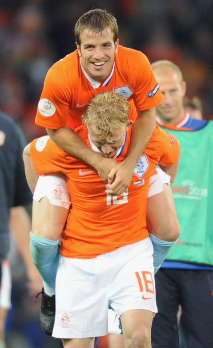 Rafael van der Vaart klimt op de rug van Dirk Kuyt na het EK-duel met Frankrijk in 2008.