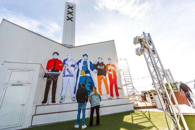 Op het kunstwerk zijn vijf verschillende muzikale helden en antihelden afgebeeld; Kraftwerk, Leafs, Ali G, Ghostface Killah en een gabber. Beeld ADAM Toren
