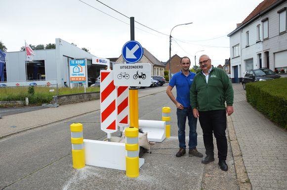 Garagist Gunther Eeman (links) en buurtbewoner Patrick Van Weyenberg bij één van de rijbaanversmallingen op de Iddergemsesteenweg..