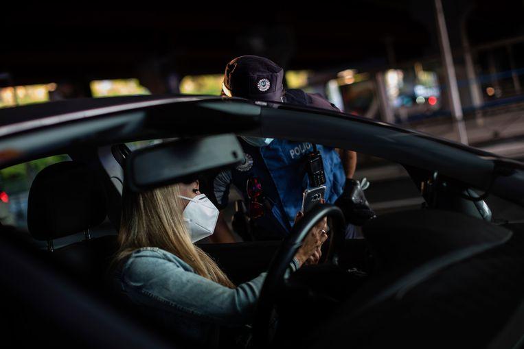 Een checkpoint om mensen te controleren op het coronavirus nabij Madrid. Beeld AP