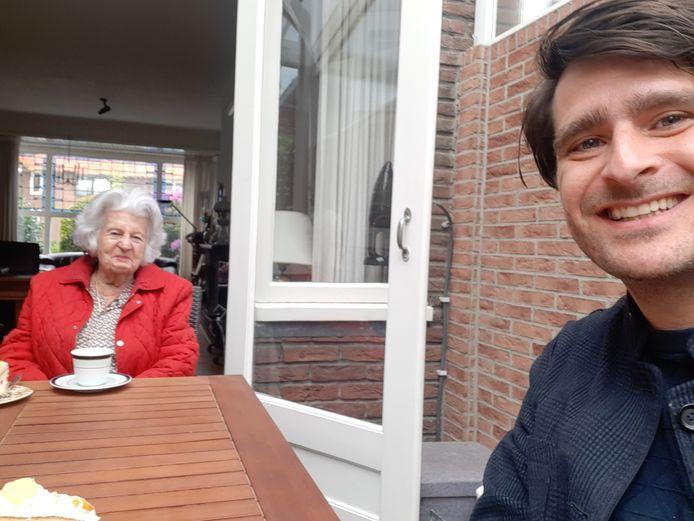 Oscar Kocken en zijn oma Truce.