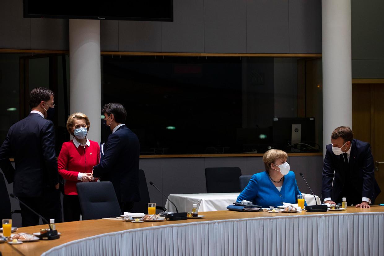 Premier Rutte (links) overlegt met Commissievoorzitter Von der Leyen en de Italiaanse premier Conte. Op de voorgrond praat bondskanselier Merkel met de Franse president Macron. Beeld EPA