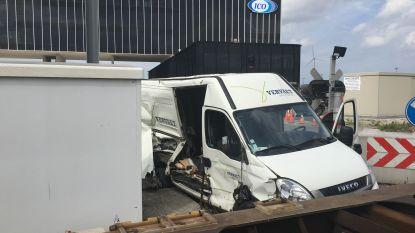 Goederentrein ramt bestelwagen in Dudzele: bestuurder slechts lichtgewond