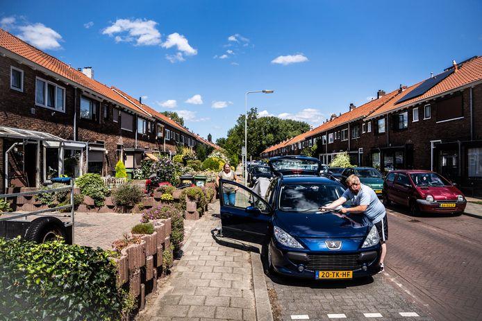 In de Haagdoornstraat in Malburgen zouden steeds meer panden opgekocht worden voor commerciële verhuur