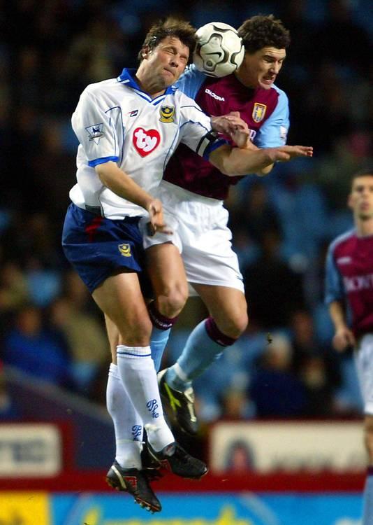 Gareth Barry (Aston Villa) in een luchtduel met Arjan de Zeeuw (Portsmouth), 6 januari 2004.