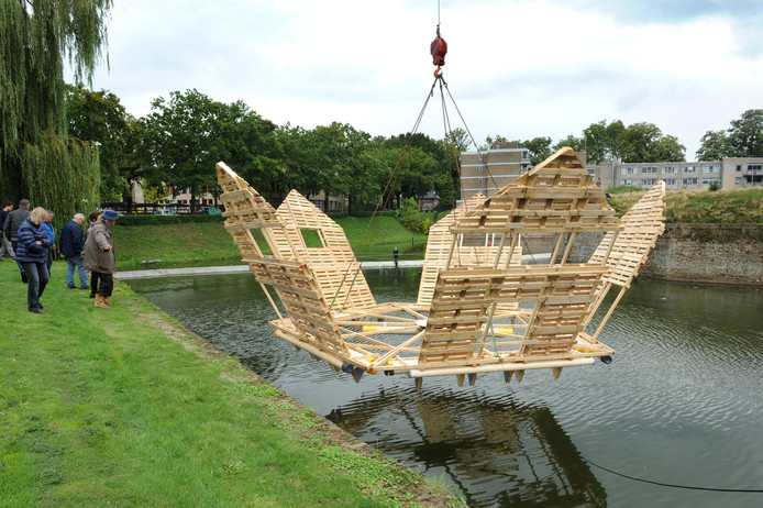 Drijvend kunstwerk wordt te water gelaten in het Ravelijn.