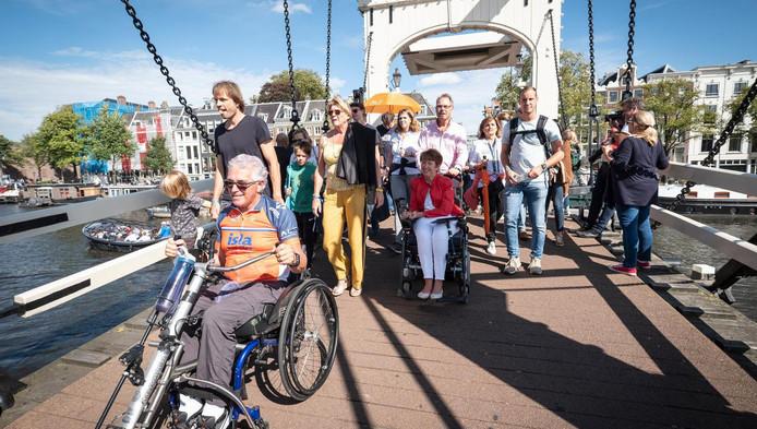 De deelnemers wandelen naar de finish van de alternatieve 'swim'