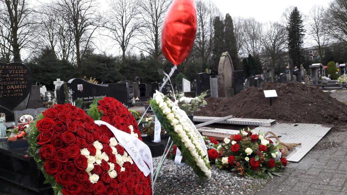 Een groot hart met rode rozen, van de dochter van Hennie de Laat, Nina.