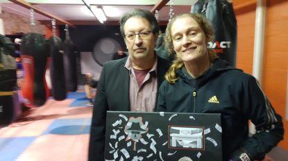 """Delfine Persoon krijgt schilderij cadeau over haar omstreden kamp tegen Amerikaanse Taylor: """"Heel blij mee"""""""