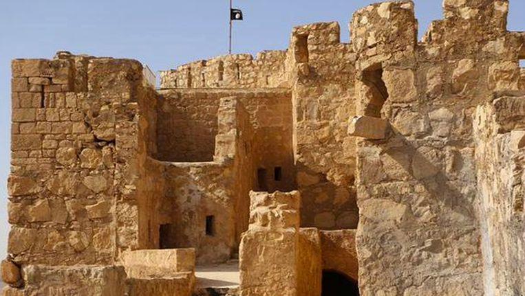 De zwarte vlag van IS wappert op het oude fort dat uitkijkt over de ruïnes van Palmyra. Beeld AP