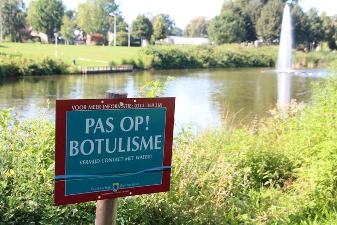 Waarschuwingsbord 'Pas op! Botulisme' bij vijver.