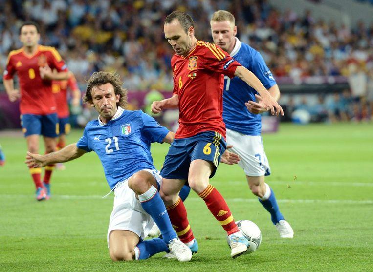 Pirlo duelleert met Iniesta tijdens de EK-finale van 2012. Beeld epa