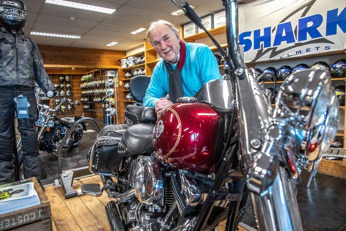 Willem Kalsbeek stopt na vele decennia met zijn motorzaak. Kalsbeek Motoren groeide vooral dankzij de vroege stap in de motorkledingbusiness uit tot een landelijk begrip.