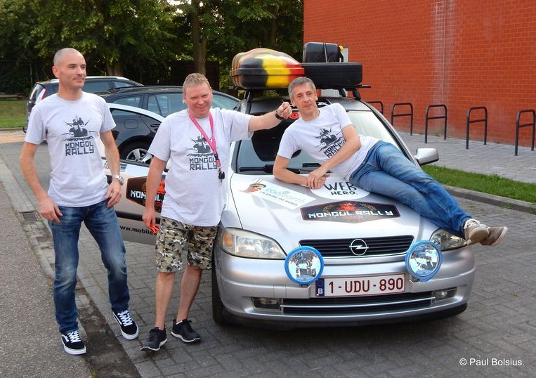 Het drietal zal met deze oude Opel Astra naar Mongolië rijden.