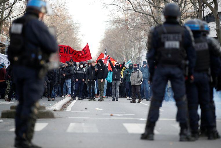 Demonstranten staan oog in oog met de ordediensten.