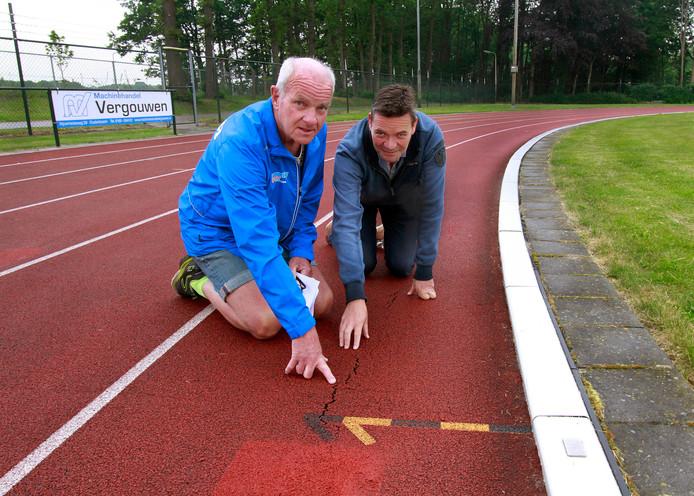 Jan Schijvenaars (links) en Johan Snepvangers denken dat opdrukkend grondwater de oorzaak is van scheuren in de atletiekbaan.    foto : Gerard van Offeren/Pix4Profs