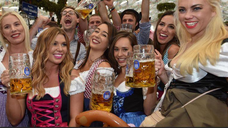 Het is nog september, maar bij Roest vieren ze vast Oktoberfest, met Dries Roelvink. Beeld anp