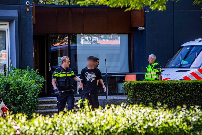 De man die ervan wordt verdacht zijn kamergenoot te hebben doodgestoken wordt naar buiten gebracht bij De President in Velp. Archieffoto.