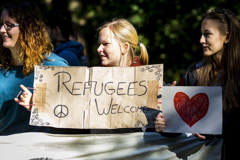 Nijmegenaren verwelkomden vorige week de eerste groep van 300 asielzoekers bij het AZC paviljoendorp Heumensoord. Beeld ANP