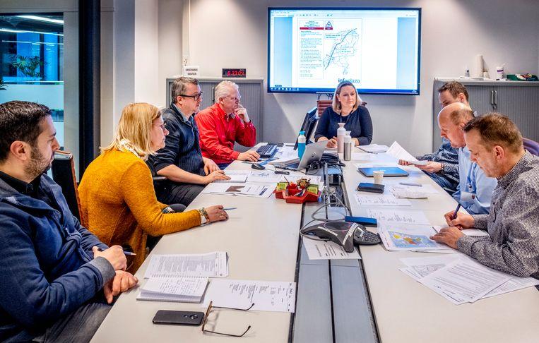 Operationeel Ketenoverleg zaterdagochtend vroeg tussen ProRail, NS en weerexperts in Utrecht. In het midden spoorofficier Marry van Dijke van ProRail. Beeld null