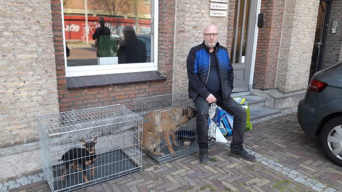 Arie den Dekker is door de politie met zijn twee honden in Oss op straat gezet.